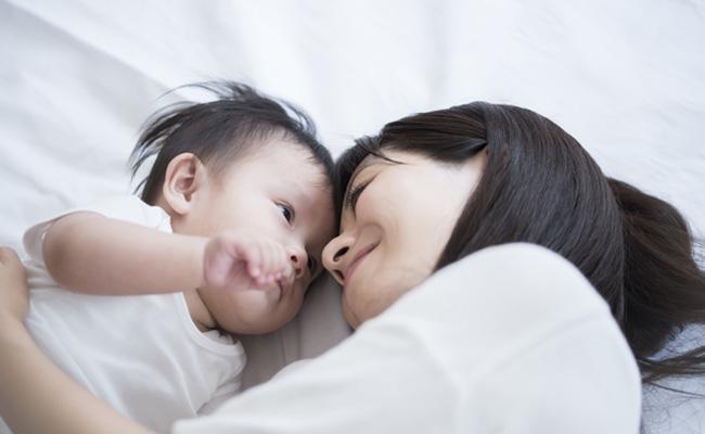 赤ちゃんを寝かしつけるイメージ