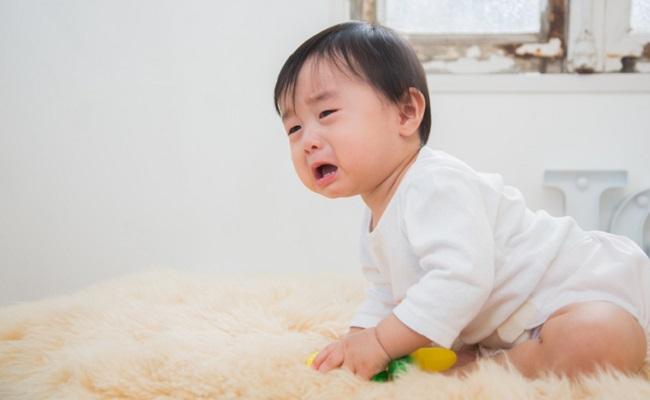後追いする赤ちゃんのイメージ