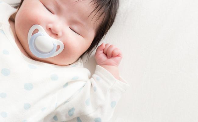 おしゃぶりをくわえた赤ちゃんのイメージ