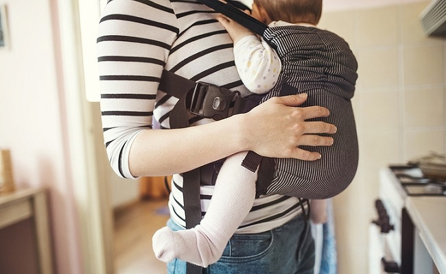 抱っこひもを使用する親子