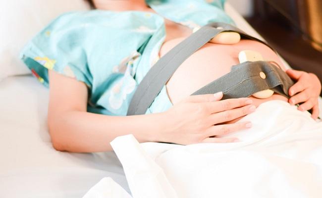 分娩監視装置を装着している女性