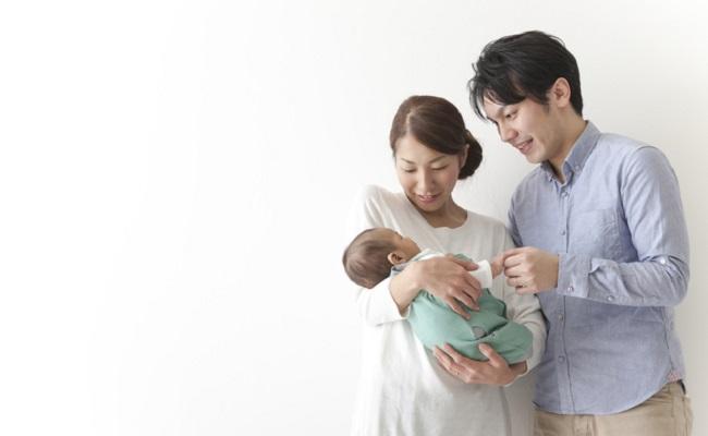 新米夫婦と赤ちゃんのイメージ