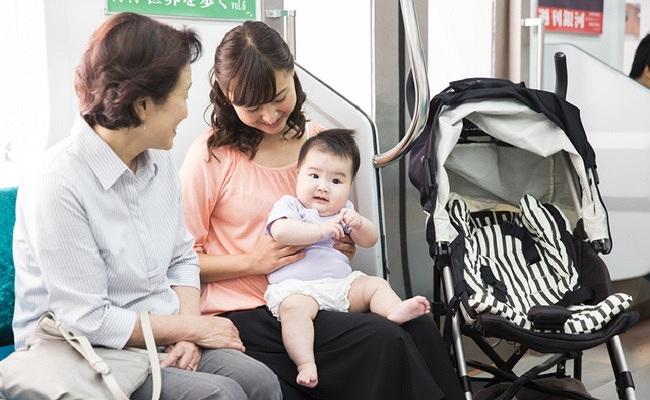 赤ちゃんとの電車でのお出かけのイメージ
