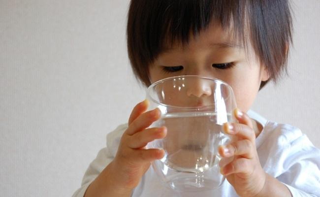 水分をとる子供