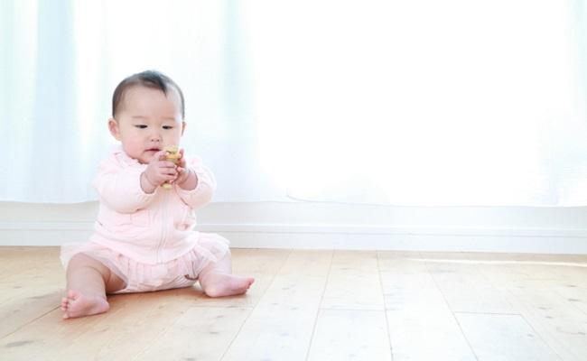 お座りする赤ちゃん