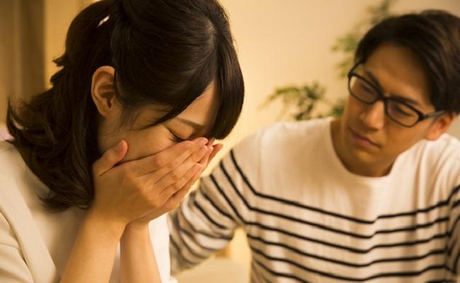 泣いている妻とその夫