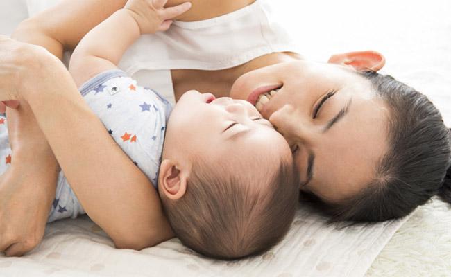 赤ちゃんとの添い寝のイメージ