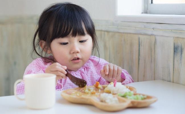 幼児食を食べている子供