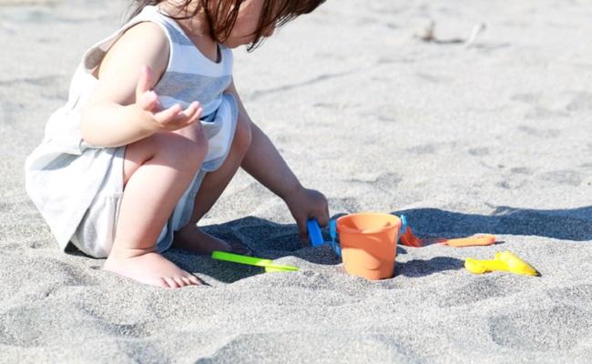 海で遊んでいる子供