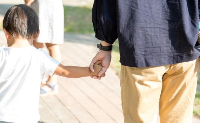 手を繋ぐ親子のイメージ