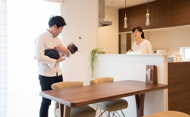 協力して育児する家族のイメージ