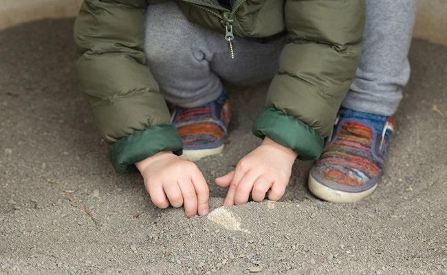 砂場で遊ぶ赤ちゃん