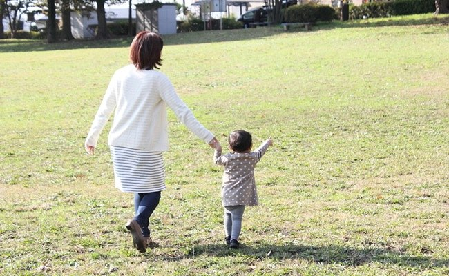 母と子の散歩のイメージ