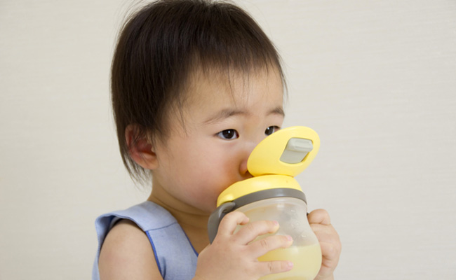 ストローで飲み物を飲む赤ちゃんのイメージ