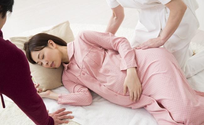 陣痛中に横になる妊婦さんのイメージ