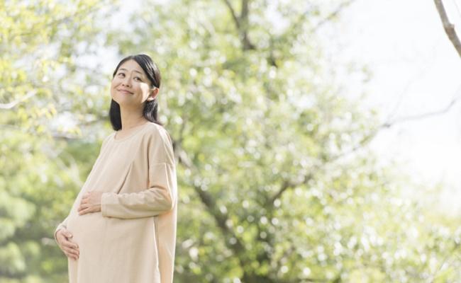 出産を控えて幸せそうな妊婦さんのイメージ
