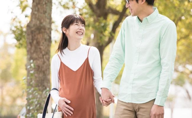 手を繋ぐ夫婦