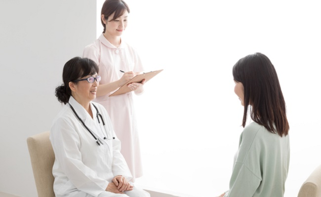 内診前後で医師から説明を受ける妊婦さんのイメージ
