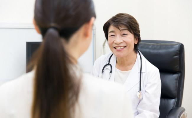 産婦人科の医師と妊婦さんのイメージ