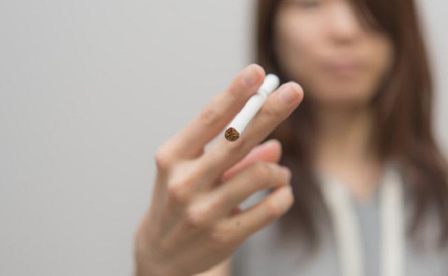 タバコを手にする女性