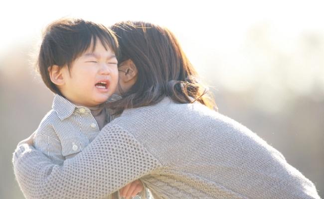 イヤイヤ期の子どもをあやすママのイメージ