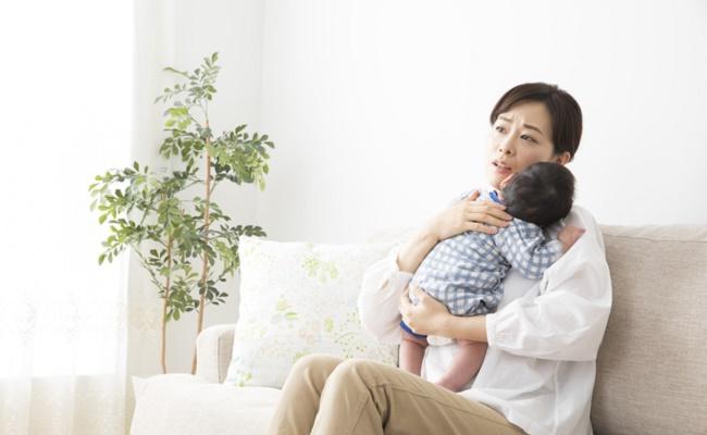 出産後の痛みに耐えているママのイメージ
