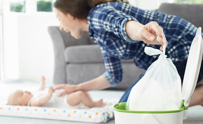 おむつ用ゴミ箱を使うママ