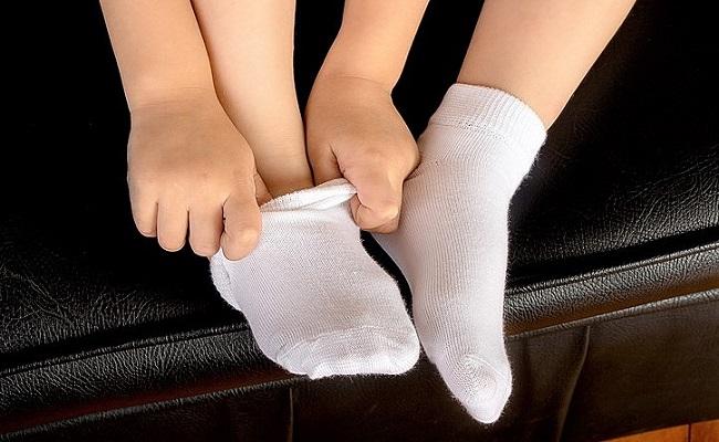 靴下を履いている子供