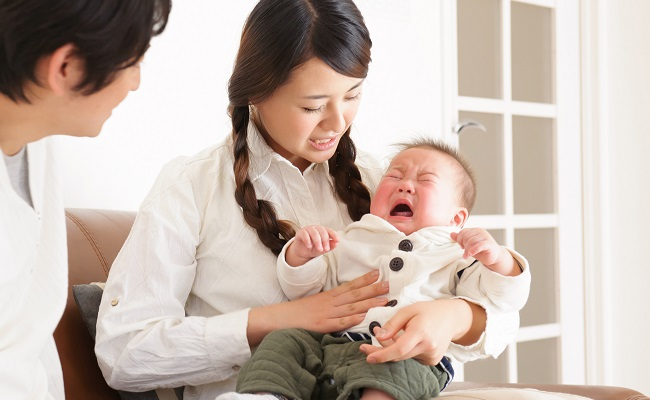 病気の赤ちゃんを見守る親