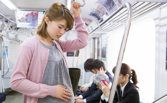 電車に乗る妊婦のイメージ