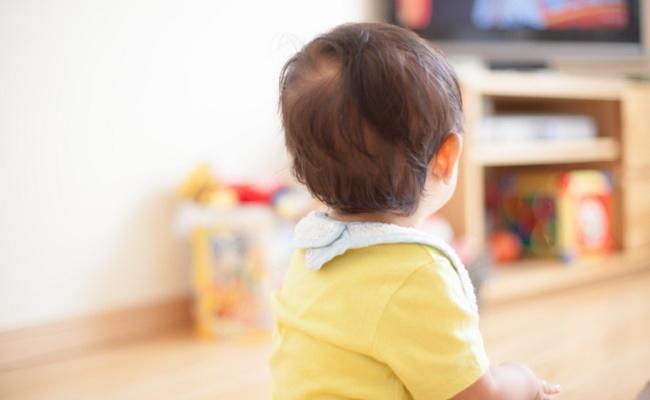 テレビを見る赤ちゃんのイメージ