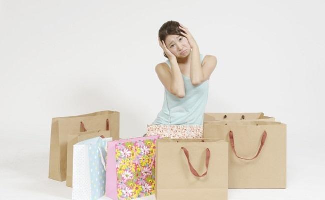 買い物しすぎてしまった女性のイメージ
