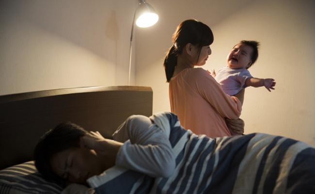 夜泣きの赤ちゃんと夜泣きの対応に悩むママのイメージ
