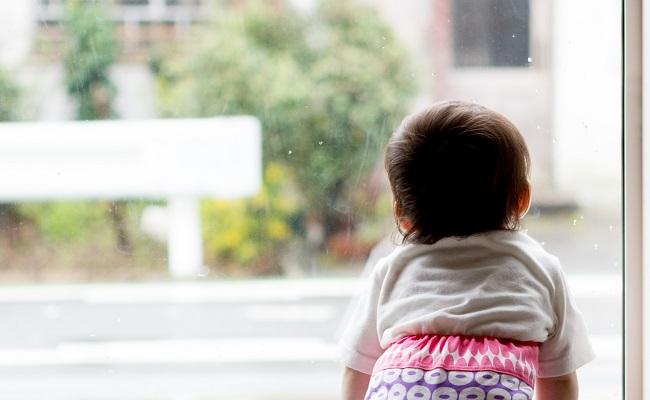 雨を眺める赤ちゃん