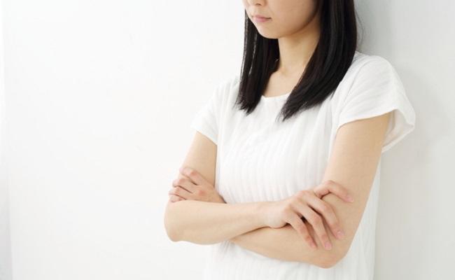 コンプレックスに悩む女性のイメージ