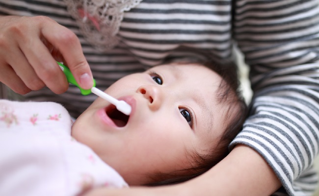 歯磨きをしている赤ちゃんのイメージ