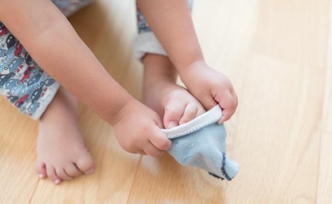 靴下をはく赤ちゃんのイメージ