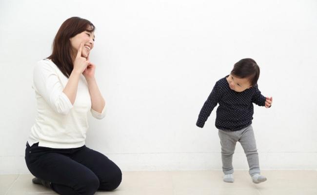 テレビを見ながらママと踊る赤ちゃんのイメージ