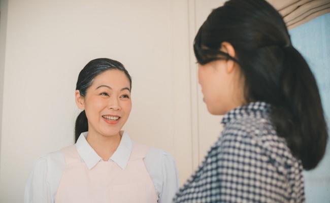 出産後のママにアドバイスする助産師さんのイメージ