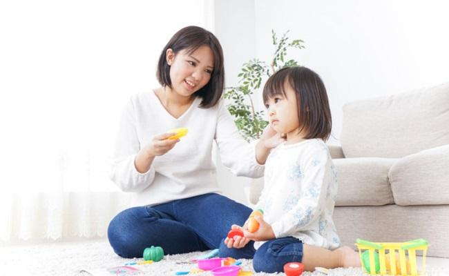 おもちゃで遊んでいる親子のイメージ