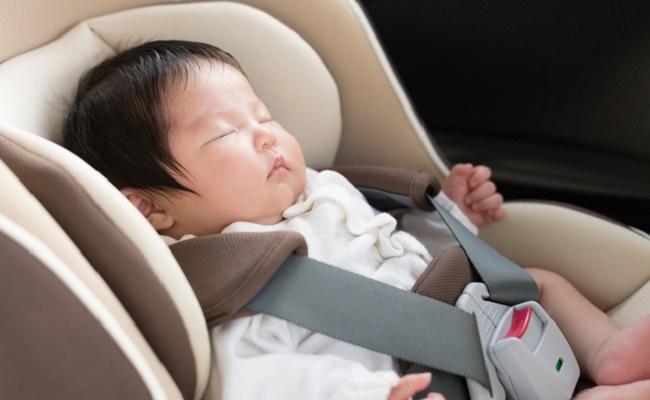 チャイルドシートで眠る赤ちゃんのイメージ