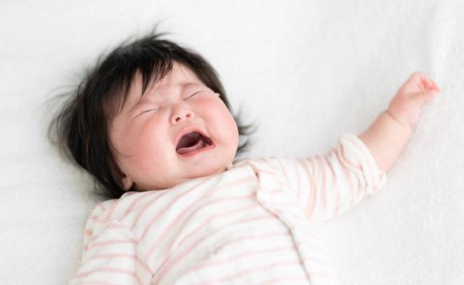 寝ぐずりで泣く赤ちゃんのイメージ