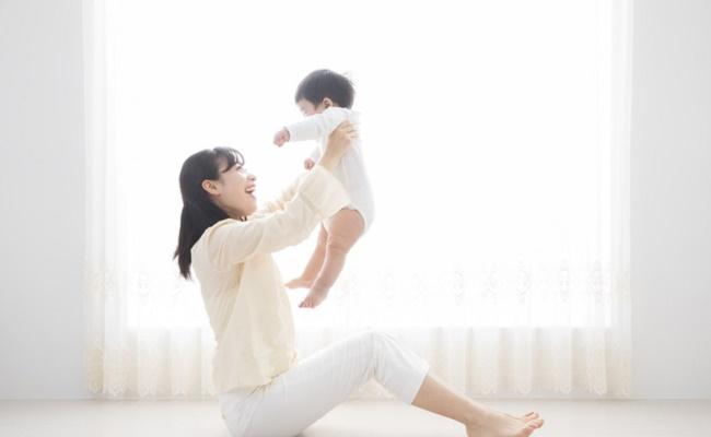 ママが赤ちゃんに運動させているイメージ