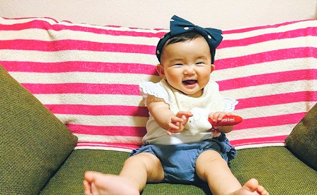 ヘアバンドをしている赤ちゃんのイメージ