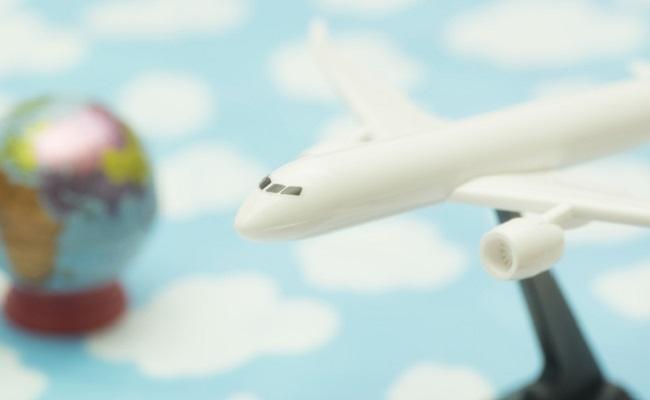 旅行や帰省時の飛行機移動のイメージ