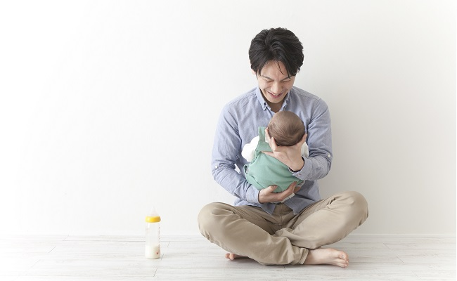 赤ちゃんのお世話をしているパパのイメージ