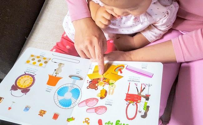 ベトナム語の本を読む親子