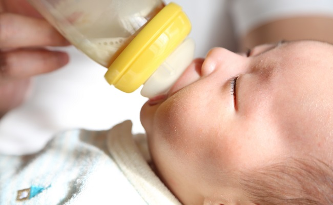 赤ちゃんにミルクをあげているイメージ