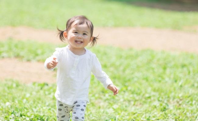 公園で遊んでいる赤ちゃんのイメージ