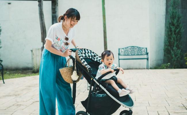 お出かけしているママと赤ちゃんのイメージ